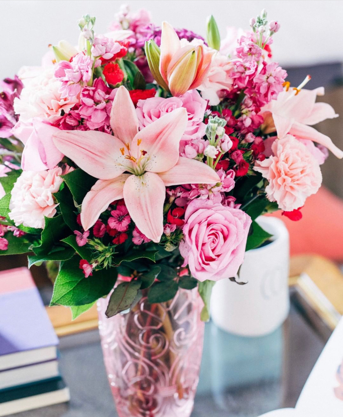 best flowers for mother's day, best flowers gift, roses that last a year, flower in a box, chicago mom best gifts, jennifer worman home, living room inspiration, home decor flowers, 1-800 flowers, luxe flowers from 1-800 flowers