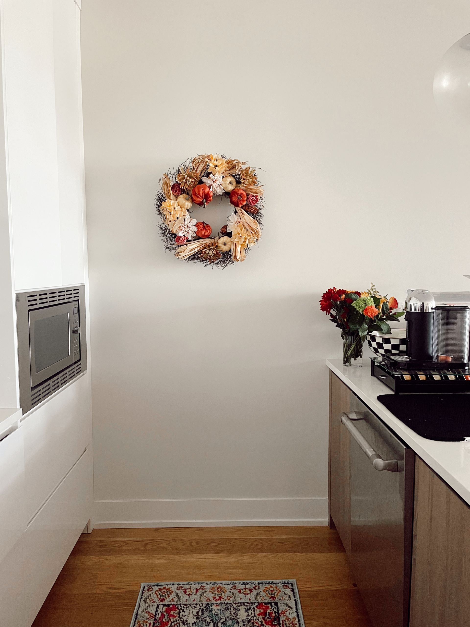 fall wreath, neutral fall wreath ideas, fall home decor, subtle Subtle Touches of Fall to your Home, home decor inspiration, fall home inspiration, black and white fall decor, glam fall decor, neutralfall decor, pretty pumpkindecor, fall decor ideas, pretty fall decor, Red Soles and Red Wine, Jennifer Worman